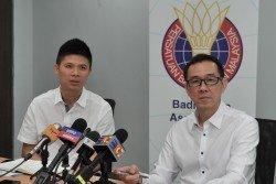 大馬羽總教練與訓練委員會主席拿督黃錦才(右),在教練總監黃綜翰的陪同下,公佈了亞洲混合團體賽的參賽名單。