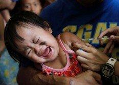 菲律賓馬尼拉首都區奎松市一家醫療中心,一名兒童在打麻疹疫苗時放聲大哭。目前全球各地區都出現麻疹疫情,數量和規模都在增加,世衛呼籲各國迅速採取行動對抗。