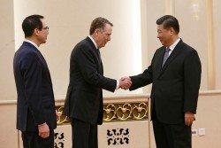 為期2天的中美貿易談判在周五結束,中國國家主席習近平(右)在北京人民大會堂,會見與會的美國財政部長姆努欽(左),以及美國貿易代表萊蒂澤。