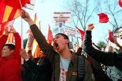 賬戶被凍結的中國公民,在馬德里BBVA總部外揮舞中國和西班牙國旗,抗議該銀行歧視,並高舉寫著「工人無糧出」、「媽媽沒錢餵養孩子」的牌子。