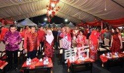 首相馬哈迪(右2)偕同首相夫人西蒂哈斯瑪(右),出席希盟執政后首場「全國華人農曆新年大團拜」,場面充滿佳節喜慶。左2為副首相旺阿茲莎及阿米努丁(左)。(攝影:張真甄)