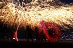 上周五,在湖北省十堰市鄖陽區首屆民俗花燈文化藝術節上,民間藝人在「鐵花」中舞龍,宛若一尾遊龍穿梭在夜晚的耀眼星空中。