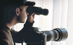 圖為私家偵探正躲藏 在隱秘處監視著調查目 標,以相機拍下后者的 一舉一動。(示意圖)