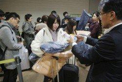 北海道周四的地震無造成嚴重傷亡,但導致約120名旅客無法離開新千歲機場。這是機場人員發給滯留在機場過夜的旅客每人一件毛毯、飲用水及食品等。