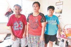 廖玉蓮(中)對于視力消退而無法工作,感到難過,因一對弟妹仍需要她的照顧。左起是發強及玉萍。