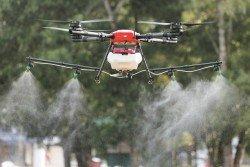 無人機採用噴灑技術,在施肥和噴灑農藥上更均勻和節省。每次可裝10公升的農藥,一台無人機可抵20名員工。