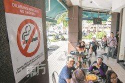 今年1月1日起,所有餐廳和咖啡廳都掛起大型的禁煙告示牌,所有飲食場所3公尺範圍內一律被列為禁煙區。(攝影:黃良儒)