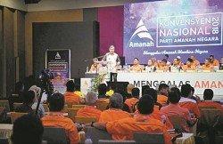 當下馬來政治的角力,誠信黨與伊黨的對決是其中一環。圖為誠信黨黨主席莫哈末沙布,在去年黨大會上發言。