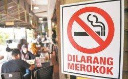 衛生部下達的餐飲業店禁煙令已在1月1日全面開跑,圖為吉蘭丹州的一家餐館內貼上的禁煙告示。