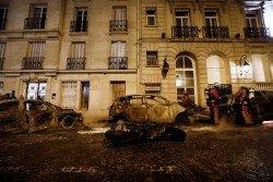 部份示威者周六在巴黎市中心的街區焚燒多輛摩哆及汽車,消防員及時將火勢灌熄。