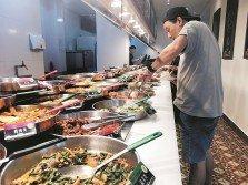 隨著人們的生活逐漸富裕,對生活品質也要求更高,包括追求更多樣化及豐富的食物,往往造成食物浪費的情況出現。 (檔案照)