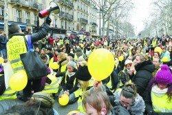 在黃背心運 動釀成嚴重街 頭暴力后, 穿 著黃背心的婦 女周日以較溫 和形象上街, 試圖挽救黃背 心運動形象。