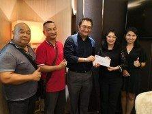 林振輝(左3)移交支票給獲得資助的學校。