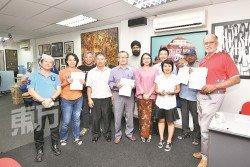梁啟靖(右4起)及與嘉瑪莉亞獲得撥款的居民協會代表合影。(攝影:伍信隆)