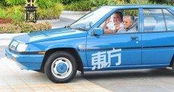 柔佛蘇丹依布拉欣陛下親自駕駛1號車牌的第一代普騰賽佳為首相敦馬哈迪送行,意義重大。(攝影:楊金森)