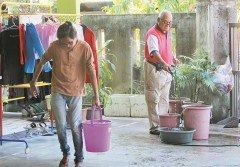 居民合力儲水,為即將來臨的製水做好準備。