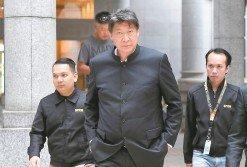 大馬旅遊促進局前主席蕭家偉被反貪會延扣4天後,週六獲准保釋並離開推事庭時,臉色凝重。