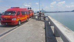 消拯員和消拯車接獲投報后,在橋上搜查蛛絲馬跡。