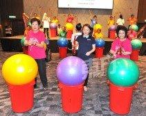 楊巧雙(中)為中風治療運動主持推介禮。左為馬來西亞中風協會主席李玉澄,以及贊助人拿督斯里艾莎。 (攝影:邱繼賢)