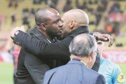 從隊友到對手,韋亞拉(左)與亨利這對當年的阿申納和法國國家隊隊友,在尼斯作客摩納哥的賽前彼此擁抱。