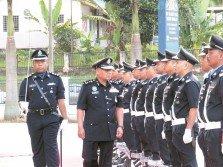 諾阿占(左2)進行檢閱隊伍儀式。