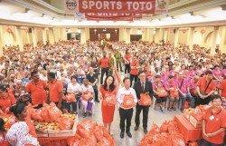 陳國偉(前排左2)在陳雪冰(左起)和蕭瑞彬陪同下,派發30令吉的現金紅包以及價值20令吉的福袋。同時,現場也備有餐飲提供給年長者享用。