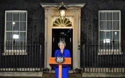 英國首相特麗莎梅當地時間週三晚成功躲過不信任動議後,在唐寧街10號首相府外發表聲明。
