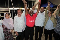 安華(左2)在政治講座後,高舉瑪諾嘉南(左3)的手,呼籲選民給予後者支持。左起是符芝雅、哥賓星及林吉祥。