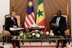 馬哈迪(左)訪問塞內加爾出席第三屆非洲崛起國際大會期間,與塞內加爾總統麥基薩勒會面。