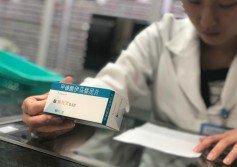 廣東省人民醫院一名藥師,遵照醫囑核對抗癌藥物。中國已將包括抗癌藥在內的28項藥品的進口關稅降為零,有多種抗癌藥進入醫保目錄。