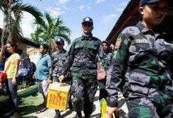 菲律賓南部棉蘭老島周一舉行成立「摩洛國」自治區公投。當天在哥打巴託市一個投票區,軍警有次序地運送投票箱。當日,哥打巴托市軍警在市內加強保安工作。