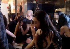 落網的陪坐女郎皆被令蹲坐在一旁,等待執法人員發落。
