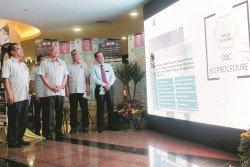 諾希山(左2)週三在吉隆坡市政局大廈推介「吉隆坡綜合提交系統」,日后任何小規模住宅的發展都需通過該線上平台提交申請;左起為慕斯達法、莫哈末那吉及依布拉欣。