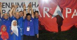士毛月補選雖只是地方選舉,但其成績多少能反映民意流向何處的實事。圖為士毛月補選成績公佈后,國陣候選人扎卡利亞(右3)在巫統及伊黨領袖陪同下歡呼胜利,后右起為伊黨總秘書達基尤丁、巫統代主席莫哈末哈山和前首相納吉。