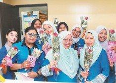 在三八婦女節這天,各行各業以不同的方式,感謝婦女的貢獻。在雪蘭莪一家醫院,就有人贈送花朵給護士們。