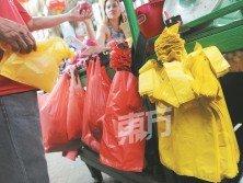減塑是環保措施之一,而聯邦直轄區今起征收污染費,向每索取一個塑料袋的民眾,征收20仙的污染費,以減少人們對塑料袋的使用。(攝影:徐慧美)