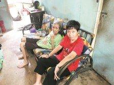 林金蘭(右)與吳英妹坐在客廳唯一的沙發乘涼,等待時間流逝。