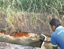 工作人員採取阻隔,再以吸取的方式抽走水中的化學廢料。