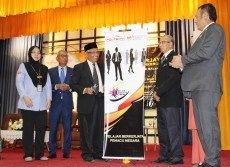 阿都阿茲巴里(左3)為職業 展主持開幕禮。