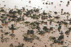 莫桑比克經熱帶氣旋伊代吹襲引發洪災後,貝拉港一處住宅區頓時被洪水所淹沒,宛若一片澤國。此次風災為該國帶來無法預估的損失,當中罹難人數恐怕將超過1000人。