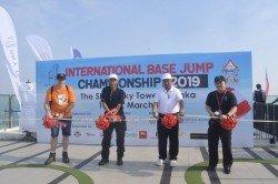 鄭榮成(右2)在2019年馬六甲國際跳傘賽會上剪彩開幕,左起為蓋瑞肯寧漢、莫哈末諾力佔及林群勝。