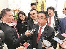 阿德里(前排右)在州議會休會后,接受媒體訪問。