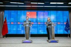 中國外長王毅(左)在和歐盟外交與安全政策高級代表莫蓋里尼的聯合記者會上,批評美國出於政治目的打壓特定企業。