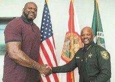 美國佛羅里達布勞沃德縣警察局,正式聘請前NBA巨星奧尼爾(左)擔任該警局副警長。