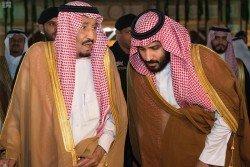 英國媒體報導,王儲穆罕默德(右)因在內政外交政策上與父王薩勒曼出現分歧,遭後者剝奪部分財政和行政權力。