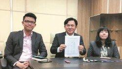 楊祖強(中)在陳家興(左起)和黃渼澐陪同下,宣佈撤銷2017年地方政府條例下的貿易、商業和工業執照收費制度,以維持舊的收費。