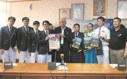 彭文寶(左5)與「檳島中學城市自然挑戰」中,創下最高觀察記錄的得獎者合照留影。右為陳榮堡。