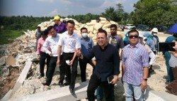 李凱倫(左2起)及沈志強在各政府部門官員陪同下,視察堪稱威省最大的非法垃圾場。