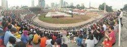 吉隆坡中華學校週四迎來百年校慶,約兩萬名號稱「中華人」的校友湧進默迪卡體育館為母校慶生,場面宏偉,老中青聚首的畫面很是感動!