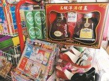 清明節將至,神料店推出各式各樣的紙紮祭品,供民眾購買。